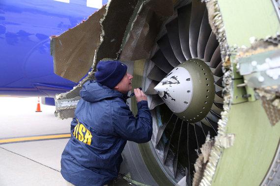 """Reuters""/""Scanpix"" nuotr./Avariniu būdu nusileidęs bendrovės ""Southwest Airlines"" lėktuvas"