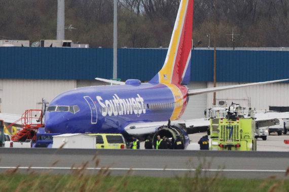 """AFP/""""Scanpix"""" nuotr./Avariniu būdu nusileidęs bendrovės """"Southwest Airlines"""" lėktuvas"""