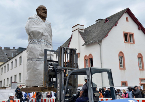 "AFP/""Scanpix"" nuotr./Karlo Marxo statula jo gimtajame Tryro mieste"
