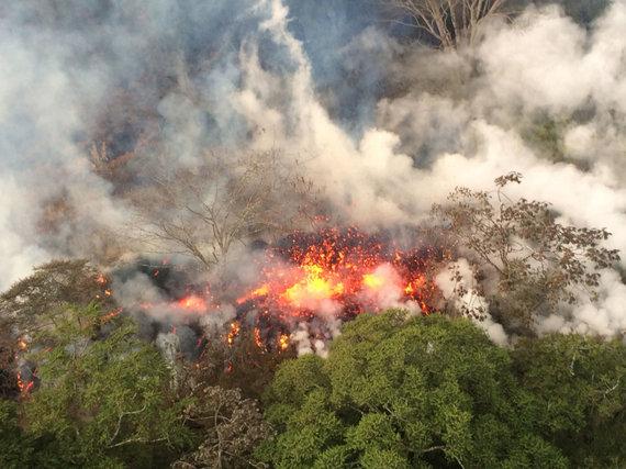 """""""Scanpix""""/AP nuotr./Havajuose veržiantis ugnikalniui požeminiai smūgiai apgadino kelius"""