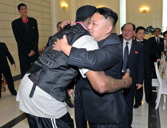 """AFP/""""Scanpix"""" nuotr./Dennisas Rodmanas ir Kim Jong Unas Šiaurės Korėjoje"""