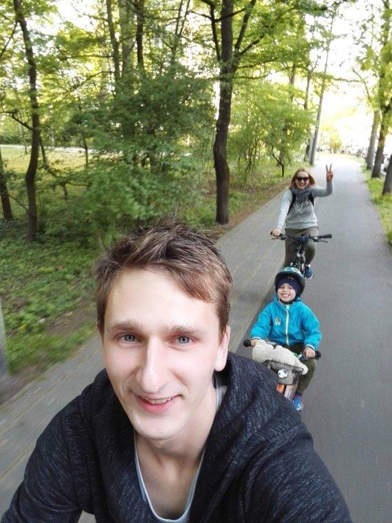 Asmeninio albumo nuotr./Oskaras su tėvais