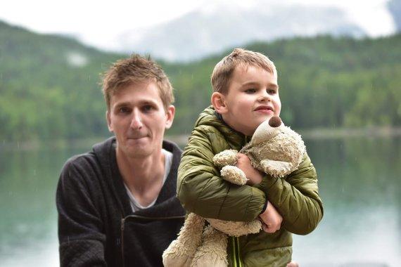 Asmeninio albumo nuotr./Oskaras su tėčiu