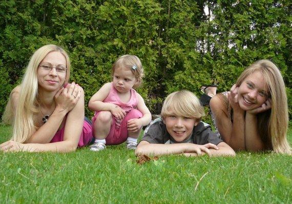Asmeninio albumo nuotr./Lidija Mačiūnienė su vaikais