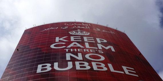 """""""Reuters""""/""""Scanpix"""" nuotr./""""Nusiraminkite, nėra jokio nekilnojamojo turto burbulo"""", - skelbia reklama Dubajuje"""