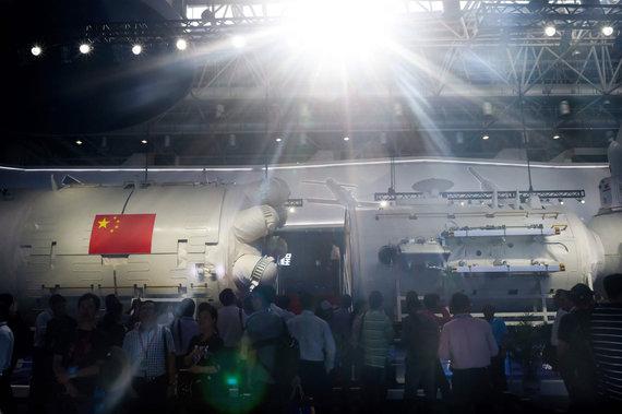 """AFP/""""Scanpix"""" nuotr./Kinijos kosminės stoties modelis parodoje"""