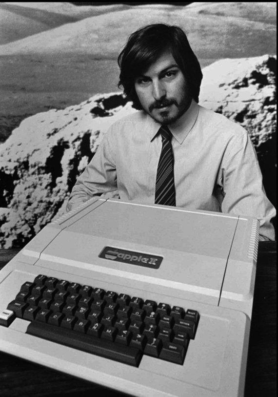 """""""Scanpix""""/AP nuotr./Kompiuterį """"Apple II"""" pristato vienas iš """"Apple"""" įkūrėjų Steve'as Jobsas"""