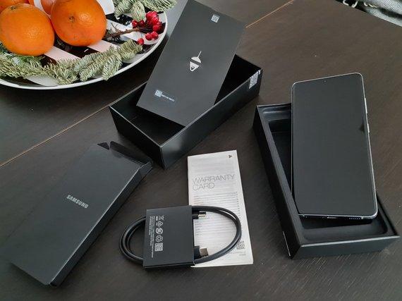 """V.Neverausko/15min nuotr./Visas """"Samsung Galaxy S21 Ultra"""" pakuotės turinys (apelsinai parduodami atskirai)"""