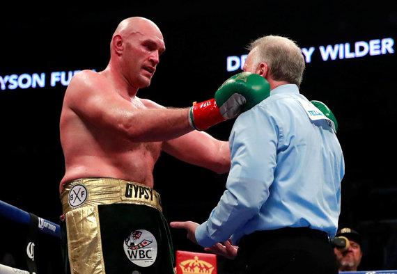 """""""Scanpix"""" nuotr./Tysonas Fury ir Deontay Wilderis kovojo ringe – mačas baigėsi lygosiomis."""