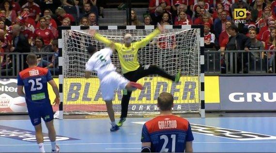 """AFP/""""Scanpix"""" nuotr./Espenas Christensenas sulaukė smūgio kamuoliu į veidą iš labai arti."""