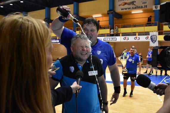 """RK """"Dragūnas"""" nuotr./Klaipėdos """"Dragūno"""" rankininkai devintą kartą tapo šalies čempionais. Treneris Artūras Juškėnas gavo šampano."""