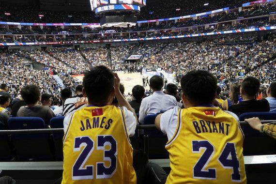 """""""Scanpix"""" nuotr./""""Nets"""" pranoko """"Lakers"""" ekipą NBA ikisezoninėse rungtynėse Kinijoje."""