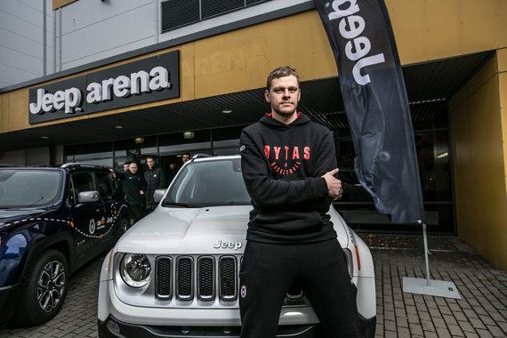 """Organizatorių nuotr./Vilniaus """"Ryto"""" krepšininkai sėdo į naujus automobilius."""