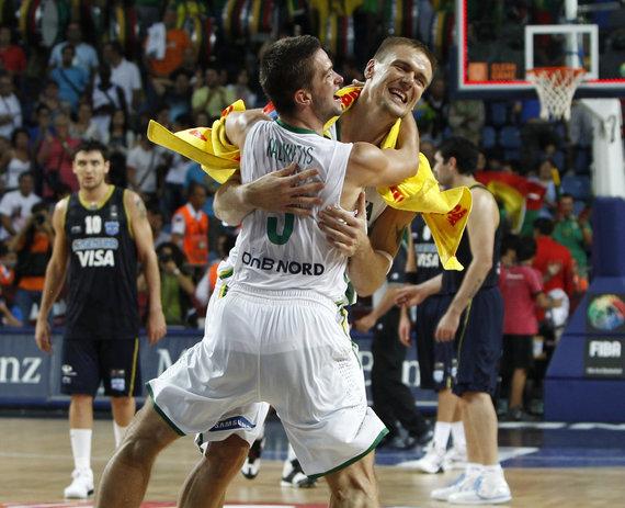 """""""Scanpix"""" nuotr./Robertas Javtokas, Mantas Kalnietis, Lietuvos krepšinio rinktinė 2010 metais pasaulio čempionate iškovojo bronzą."""