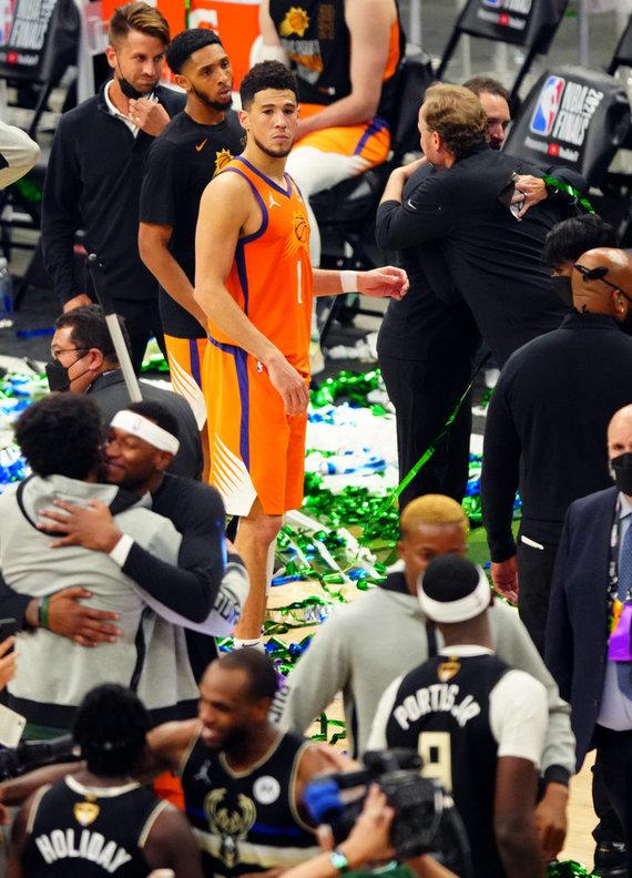"""""""Scanpix"""" nuotr./""""Milwaukee Bucks"""" tapo NBA čempionais. """"Suns"""" lyderis Devinas Bookeris šįkart prametė 7 tritaškius."""