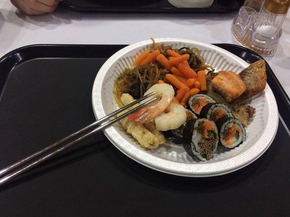 Asmeninio albumo nuotr./Lietuviai olimpiniame kaimelyje ragauja ir korėjietiškos virtuvės patiekalus.