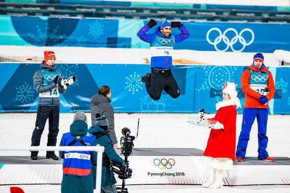 Vytauto Dranginio/LTOK nuotr./Martinas Fourcade'as švenčia antrąjį Pjongčange laimėtą aukso medalį. Sidabrą pelnė vokietis Simonas Schemppas (kairėje), bronzą - norvegas Emilis Hegle Svendsenas.