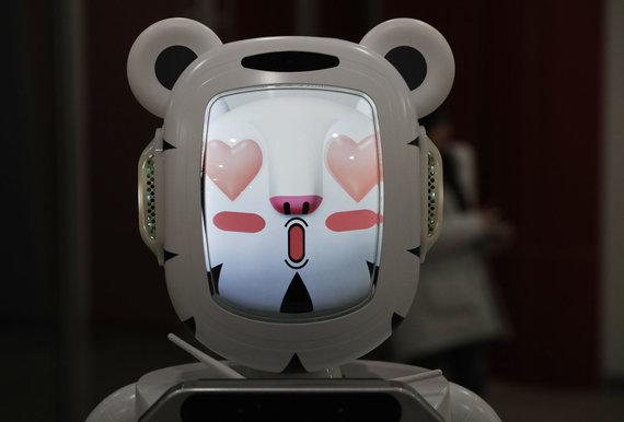 """""""Reuters""""/""""Scanpix"""" nuotr./Robotai padeda žaidynių rengėjams ir žiūrovams bei patys varžosi per žiemos olimpines žaidynes Pjongčange."""