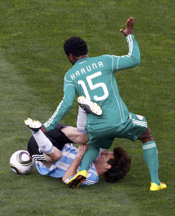 """Scanpix"" nuotr./Lukmanas Haruna ir Lionelis Messi"