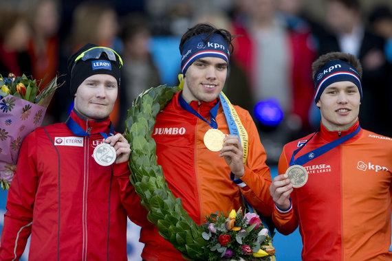 """""""Scanpix"""" nuotr./M.Roestas (viduryje) tapo čempionu, kai 10 000 m rungtyje griuvo S.L.Pedersenas (kairėje)."""