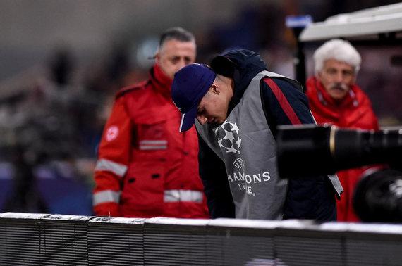 """""""Scanpix""""/""""SIPA"""" nuotr./F.Ferreyra išvertė iš kojų kamuolius padavinėjusį jaunuolį per Čempionų lygos rungtynes Romoje."""