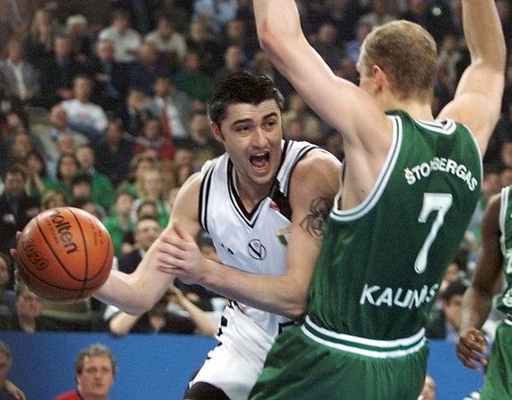 """""""Scanpix"""" nuotr./Kauno """"Žalgiris"""" yra triumfavęs Eurolygoje 1999 metais. Nuotraukoje – Bolinijos """"Kinder"""" puolėjas Predragas Danilovičius ir Saulius Štombergas."""