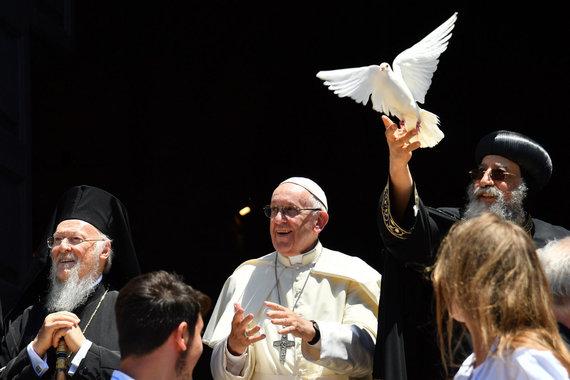 """AFP/""""Scanpix"""" nuotr./Centre – popiežius Pranciškus, dešinėje – popiežius Tawadrosas II."""
