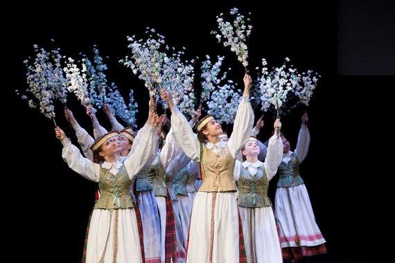 LNKC nuotr./Vilniaus miesto Grigiškių kultūros centro merginų liaudiškų šokių grupė