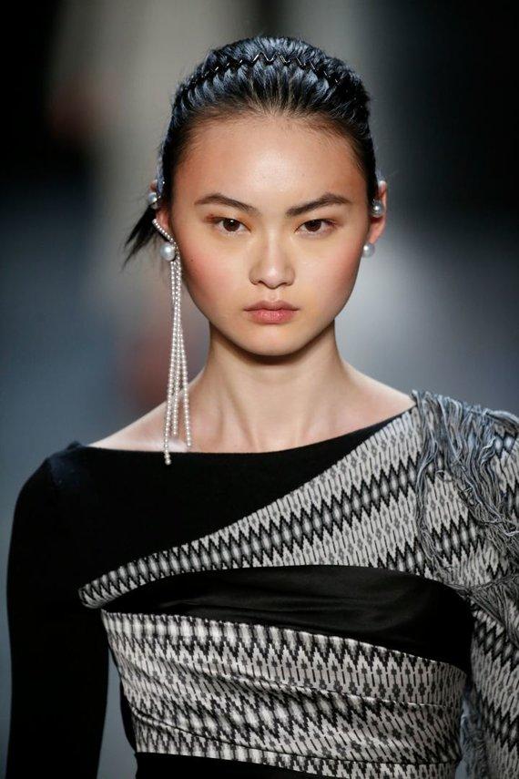"""Vida Press nuotr./""""Prabal Gurung"""" 2018–2019 m. rudens ir žiemos kolekcijos modelis"""