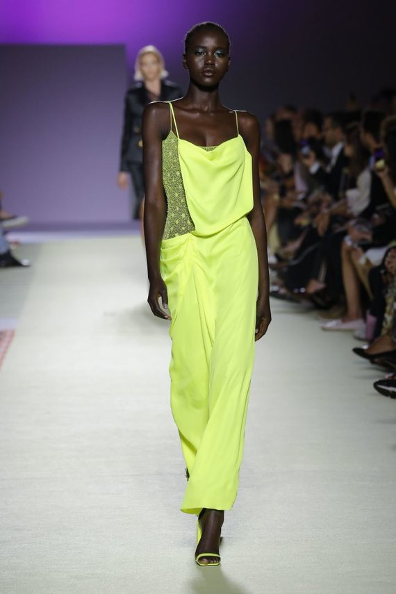 """""""Scanpix""""/""""SIPA"""" nuotr./""""Versace"""" 2019 m. pavasario ir vasaros kolekcijos modelis"""