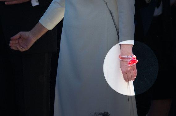 Valdo Kopūsto / 15min nuotr./Indrės Stulgaitės-Kriukienės Dianai Nausėdienei sukurta stiklo apyrankė