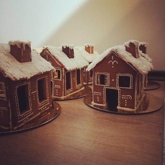 Asmeninio archyvo nuotr./Emilio iškepti ir dekoruoti kalėdiniai namukai