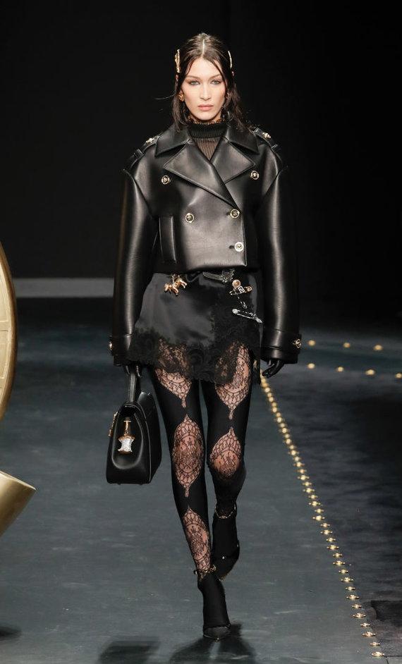 """Vida Press nuotr./""""Versace"""" 2019–2020 m. rudens ir žiemos kolekcijos modelis"""