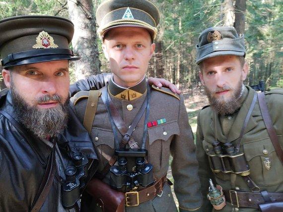 """Asmeninio archyvo nuotr./G.Paulauskas (kairėje) filmo """"Partizano keliu"""" filmavimo aikštelėje"""