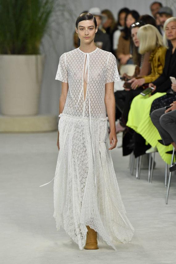"""Vida Press nuotr./""""Loewe"""" 2020 pavasario ir vasaros kolekcijos modelis"""