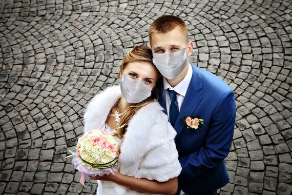 123RF.com nuotr./Jaunavedžiai dėvi apsaugines veido kaukes
