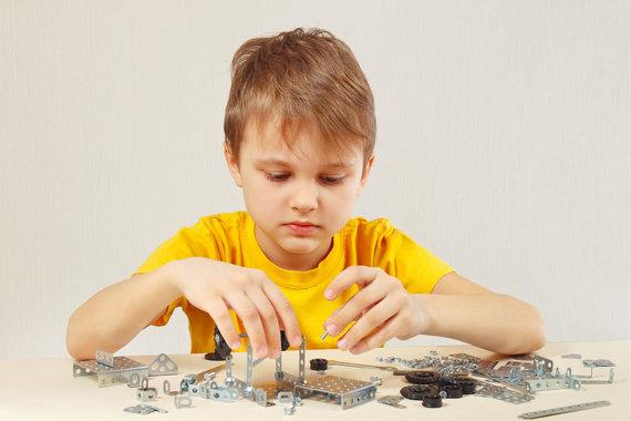 123RF.com nuotr./Vaikas žaidžia su konstruktoriumi