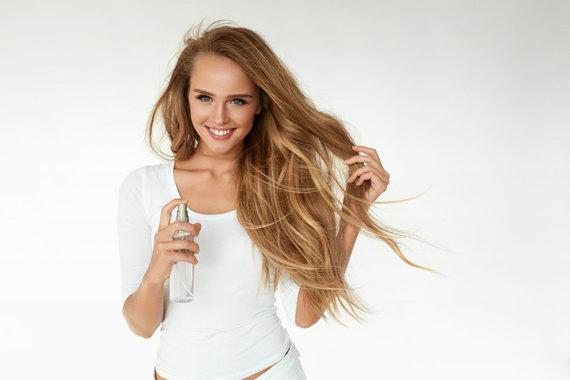 123RF.com nuotr./Mergina naudoja plaukų purškiklį