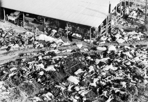 """AFP/""""Scanpix"""" nuotr./Po masinės savižudybės atvirame lauke liko gulėti šimtai kūnų"""