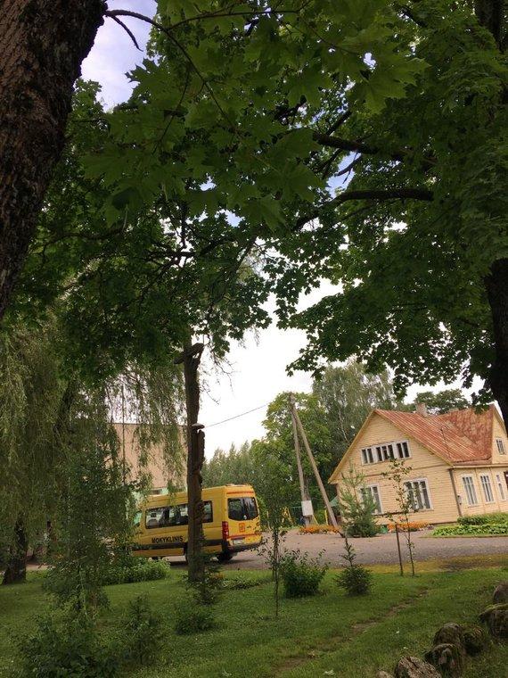 15min skaitytojo nuotr./Bagaslaviškio gyventojus stebina tai, kad pusė gatvės elektrą turi, kita pusė – ne