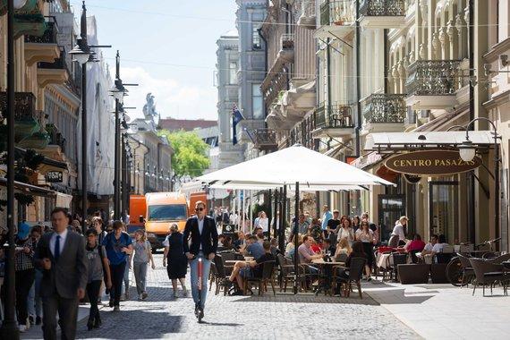 Žygimanto Gedvilos / 15min nuotr./Lauko kavinių staliukai ant Vilniaus gatvės šaligatvio