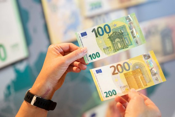 """Žygimanto Gedvilos / 15min nuotr./Pristatyti naujosios serijos """"Europa"""" 100 ir 200 eurų banknotai"""