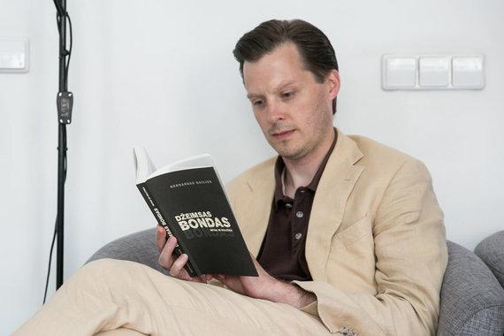 """Žygimanto Gedvilos / 15min nuotr./B.Gailius su savo knyga """"Džeimsas Bondas. Mitas ir politika"""""""