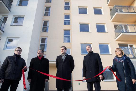 Žygimanto Gedvilos / 15min nuotr./Gintautas Paluckas (vidury) atidarant naują socialinių būstų namą Naujojoje Vilnioje
