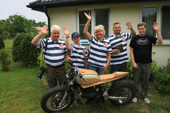 Andriaus Lygnugario nuotr/Ekspedicijos dalyviai su gitaru meistru Mareku Dombeku prie motociklo pagaminto is vietinio medzio medienos