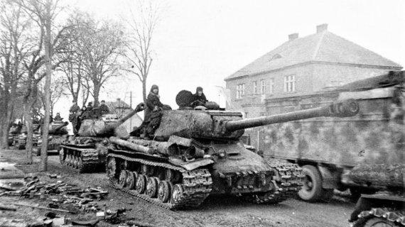 Leidyklos nuotr./Sovietų tankai rieda Rytprūsių miestelio gatvėmis.
