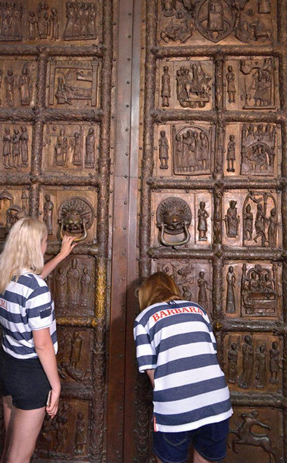 Selemono Paltanavičiaus nuotr./Ekspedicijos dalyvės žavisi įspūdigomis Plocko katedros durimis