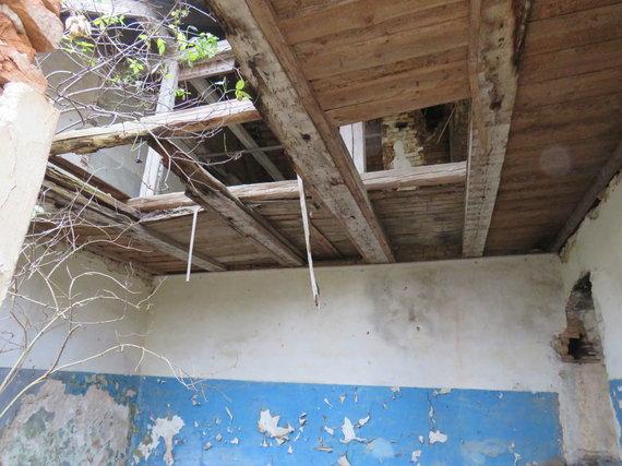 Andriaus Grygelaičio nuotr./Griūvantis pastatas kelia grėsmę Bartninkų miestelio mokinių saugumui