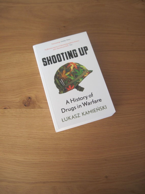 "Asmeninio archyvo nuotr./ Łukaszo Kamieńskio knyga ""Įsišaunant: Trumpa narkotikų ir karo istorija"" (Shooting Up: A Short History of Drugs and War)"