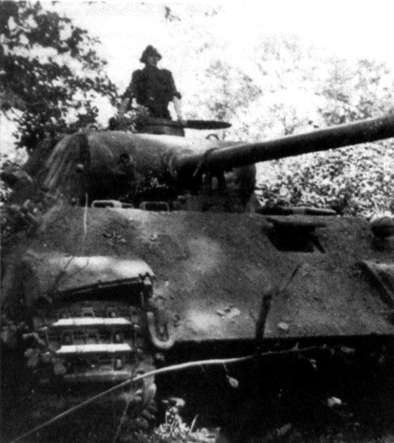 """Leidyklos """"Briedis"""" nuotr./E. Barkmannas savo """"panteroje"""". Tankai Pz V """"Panther"""" pradėti eksploatuoti 1943 m. Iš viso jų pagaminta apie 6 tūkst."""